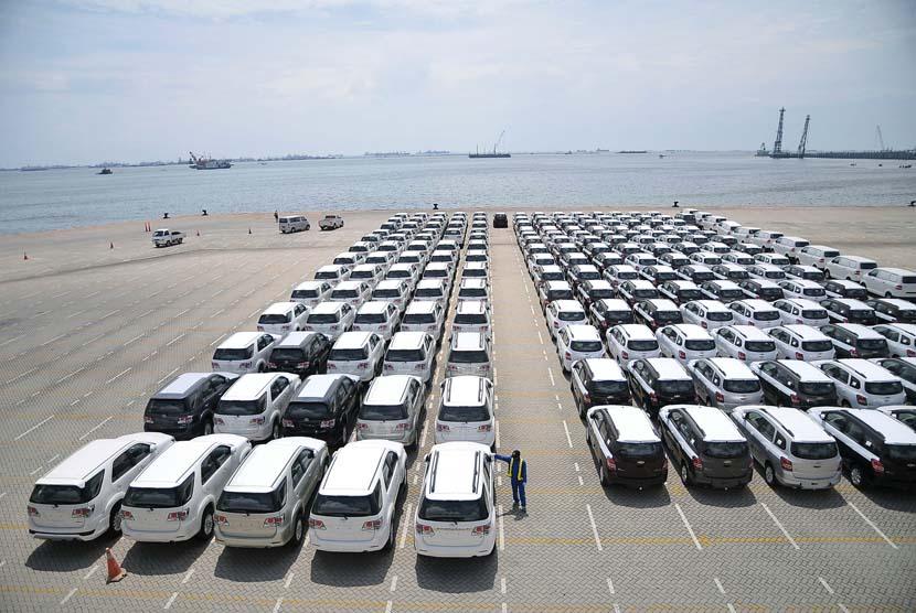 Pekerja memeriksa mobil-mobil yang siap di ekspor / Ilustrasi