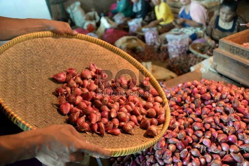 Pekerja memilih bawang merah di Pasar Induk Kramat Jati, Jalarta, Selasa (10/2). (Republika/Prayogi)