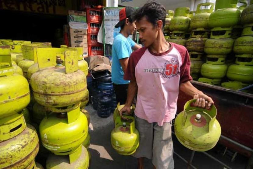 Pekerja memindahkan tabung gas elpiji 3 kg ke dalam gudang di Cipinang, Jakarta Timur.