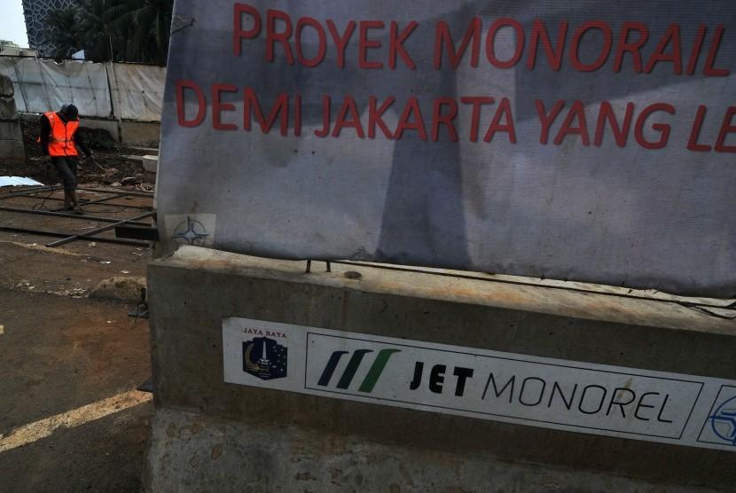 Pekerja memperbaiki rangka reklame proyek monorel Jakarta di Setia Budi, Jakarta Selatan, Rabu (19/2). Pemprov DKI Jakarta akan mencabut izin proyek pembangunan monorel di Jakarta dari PT Jakarta Monorail (JM) terkait mandeknya proyek monorel Jakarta terse