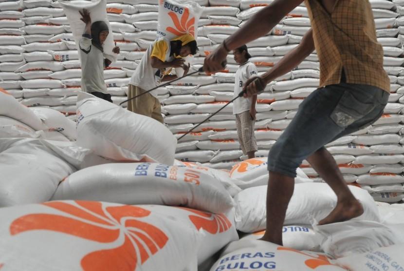Pekerja menata karung-karung beras untuk rakyat miskin (raskin) di gudang Badan Urusan Logistik (Bulog) Kelapa Gading, Jakarta.