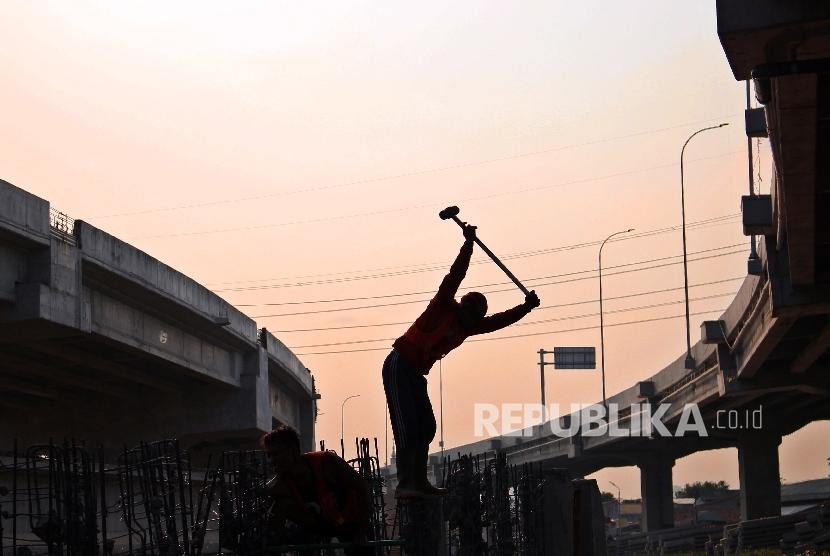 Pekerja meneyelesaikan pembangunan proyek Infrastruktur di Jakarta (iulustrasi)