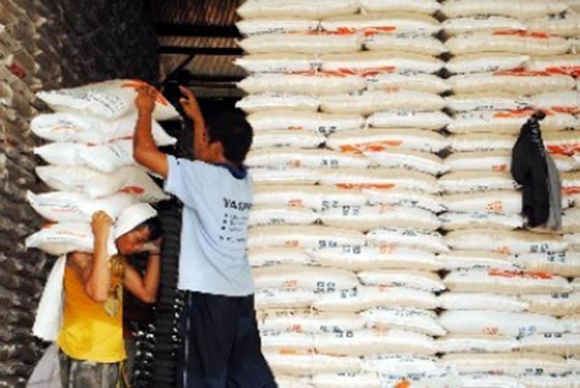 Pekerja mengangkut beras miskin (raskin) untuk didistribusikan ke warga (ilustrasi).