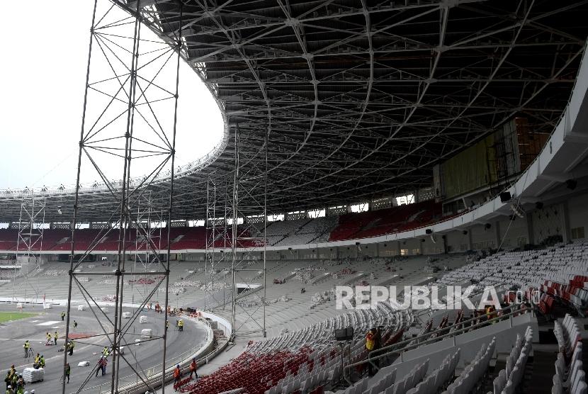 Pekerja mengerjakan pembangunan infrastruktur dan rehabilitasi Stadion Utama Gelora Bung Karno (SUGBK), Jakarta, Selasa (8/8).
