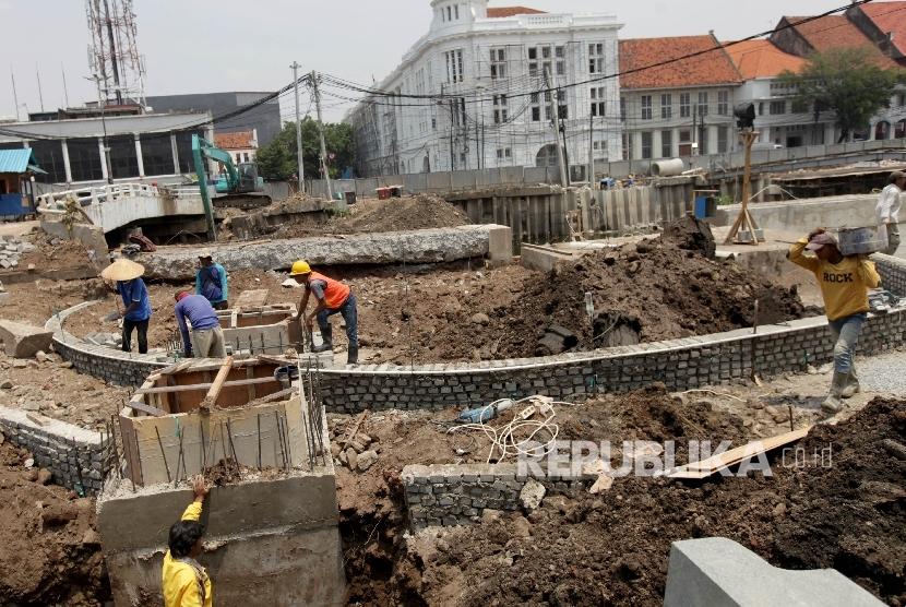 Pekerja mengerjakan proyek revitalisasi kawasan Kota Tua di Jakarta Barat, Rabu (13/9).