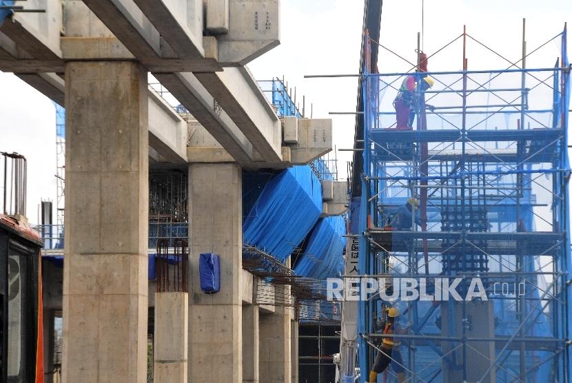 Pekerja menggarap proyek Mass Rapid Transit (MRT) di Jalan Fatmawati, Kebayoran Baru, jakarta Selatan, Kamis (28/9).