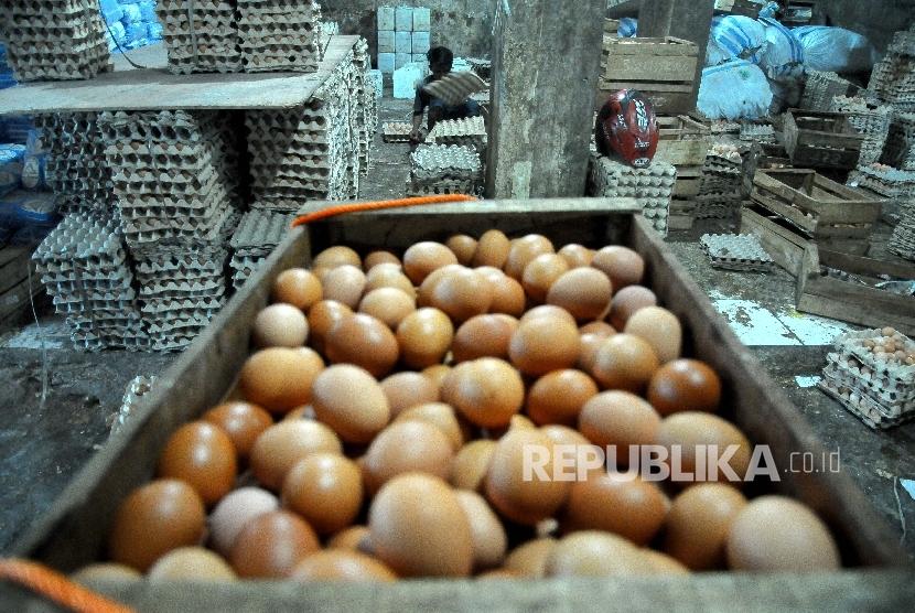Pekerja mensortir telur ayam untuk dikirim ke warung-warung di agen penjualan telur Agung Jaya, Menteng Atas, Jakarta, Ahad (26/3).
