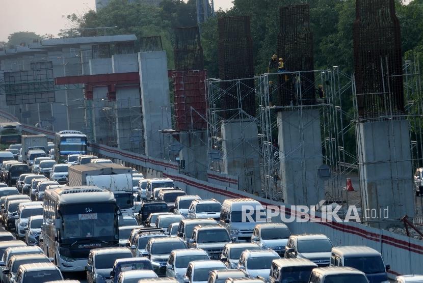 Pekerja menyekesaikan pembangunan Light Rail Transit (LRT) di kawasan Jatibening, Bekasi, Jabar, Ahad (8/10).