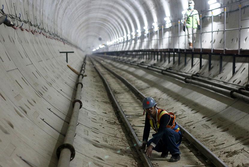 Pekerja menyelesaikan pembangunan proyek Mass Rapid Transit (MRT) tahap I. Pembangunan Tahap II rencana dimulai pada 2018