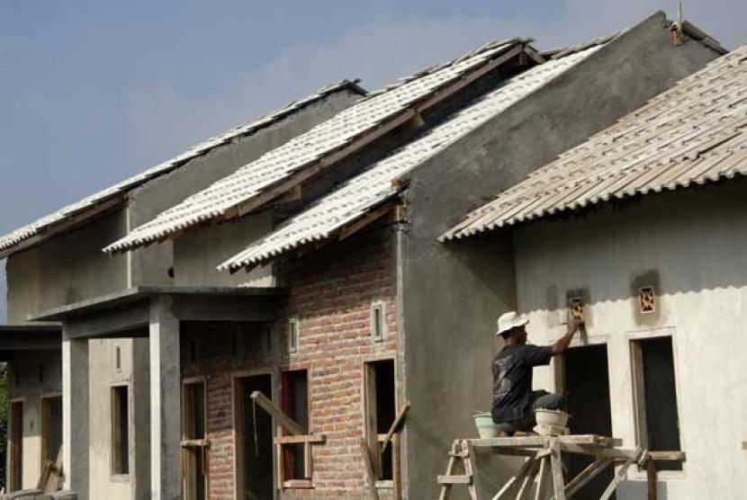 Pekerja menyelesaikan pembangunan sebuah proyek perumahan.   (ilustrasi)