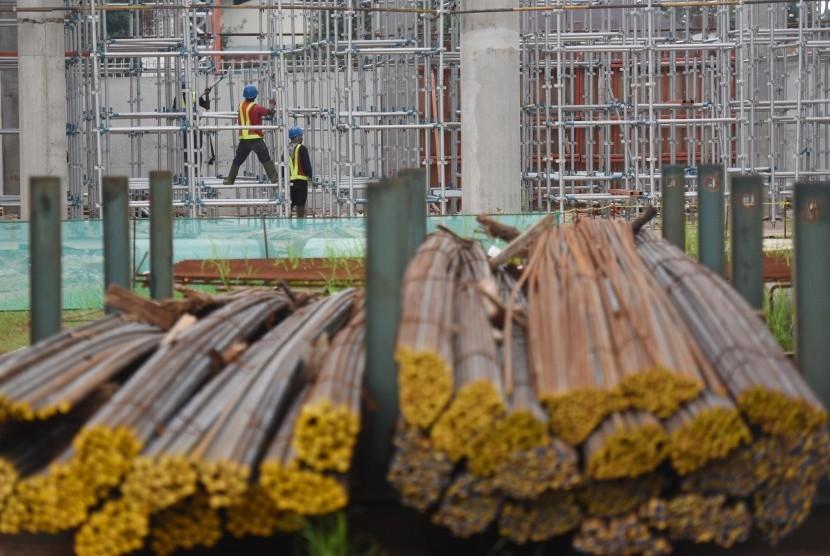 Pekerja menyelesaikan pembangunan Velodrome Rawamangun di Jakarta, Senin (6/3).