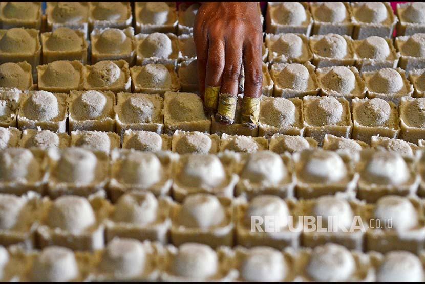 Pekerja menyelesaikan pembuatan garam gandu tradisional di Kampung Cisayong, Tasikmalaya, Jawa Barat, Kamis (22/2). Akibat Pemerintah memutuskan impor garam sebanyak 3,7 juta ton secara bertahap untuk kebutuhan garam industri, menyebabkan pelaku usaha industri kecil garam sulit memasarkan barang