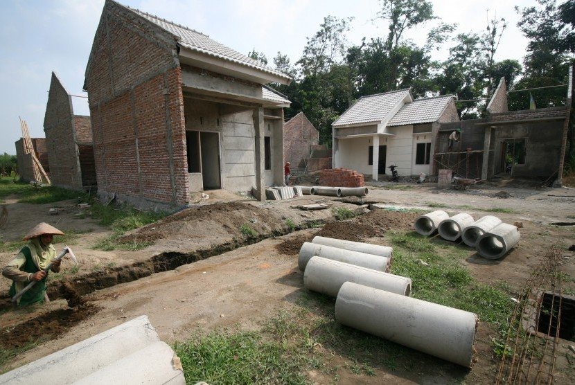 Pekerja menyelesaikan pembuatan rumah subsidi pemerintah program Sejuta Rumah Murah di Desa Sambirejo, Kabupaten Kediri, Jawa Timur, Rabu (22/6).