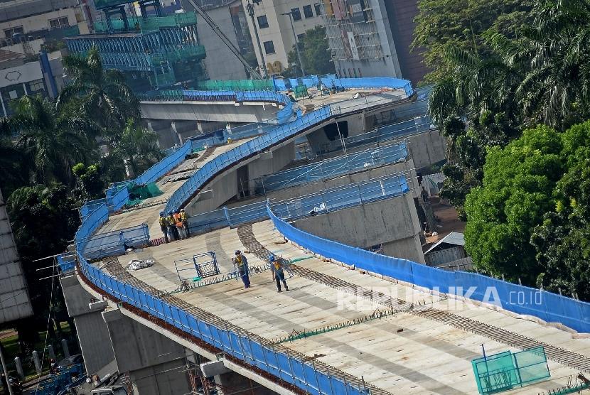 Pekerja menyelesaikan proyek Mass Rapid Transit (MRT) Jakarta, Selasa (24/1).