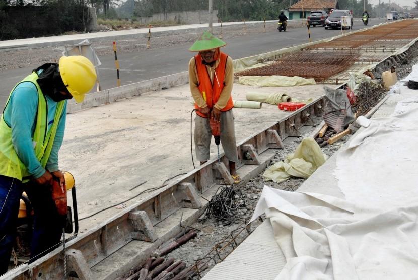 Pekerja menyelesaikan proyek pelebaran jalur wisata menuju Banten Selatan di Kampung Baru, Curug, Serang, Banten. (ilustrasi)