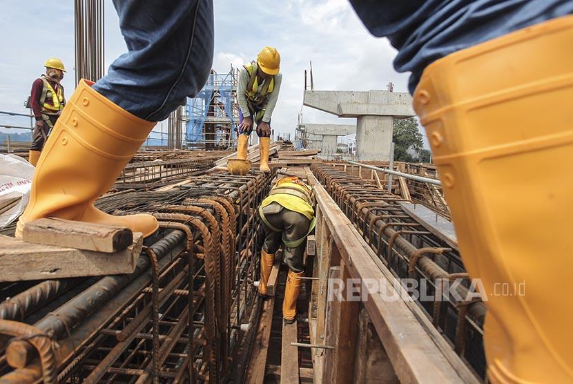 Pekerja menyelesaikan proyek pembangunan Stasiun mass rapid transit (MRT) Lebak Bulus, Jakarta, Rabu (1/2). Pembangunan konstruksi mass rapid transit (MRT) Jakarta dipercepat agar dapat beroperasi sesuai dengan target, yakni pada bulan Maret 2019.