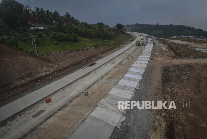 Pekerja menyelesaikan proyek pengerjaan jalan tol lintas Sumatera di Kawasan Bakauheni, Lampung, Sumatera Selatan, Senin (5/6).