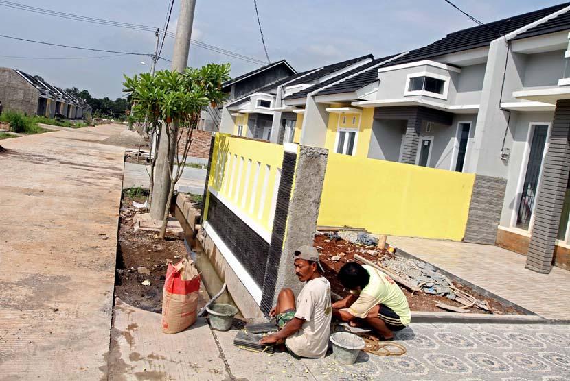 Pekerja pembangunan unit rumah di salah satu perumahan di Bekasi, Jawa Barat, Rabu (7/5).