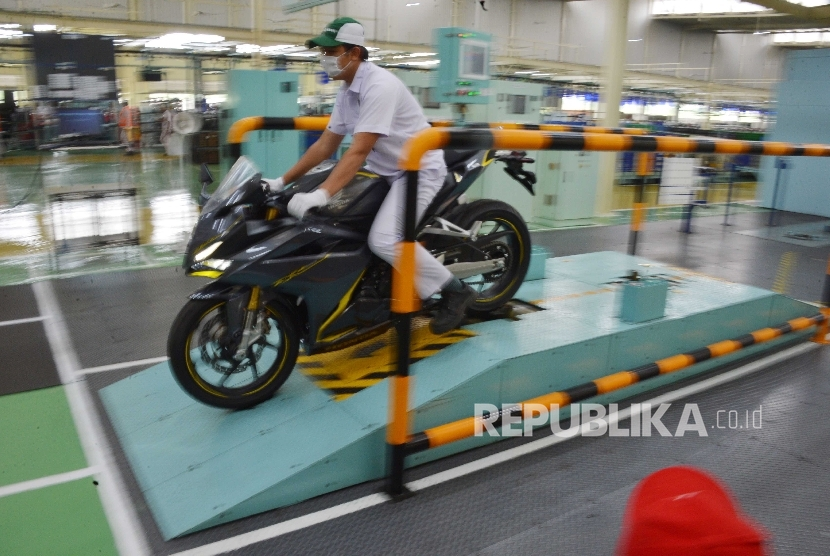 Pekerja PT Astra Honda Motor (AHM) mengemudikan sepeda motor Honda CBR 250RR usai proses pengecekan akhir di Pabrik AHM Plant 5 Karawang, Jawa Barat, Kamis (3/11).PT AHM mulai memproduksi motor sport terbaru All New Honda CBR250RR secara massal di pabrik i