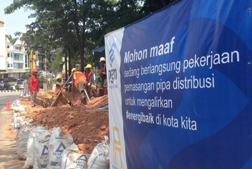 Pekerja sedang melajukan pekerjaan pemasangan jaringan gas PT Perusahaan Gas Negara Tbk (PGN) di kawasan bisnis Batam, Kepulauan Riau.