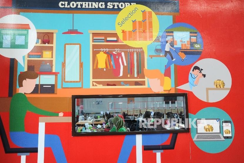 Pekerja sedang melakukan aktifitas pada gudang Mataharimall.com di Jakarta. Pemilik Department Store kini mulai merambah pemasaran lewat jaringan online.