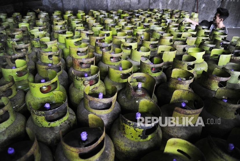 Pekerja sedang melakukan bongkar muat gas tiga kilogram di salah satu agen, Jakarta, Senin (27/6). (Republika/Tahta Aidilla)