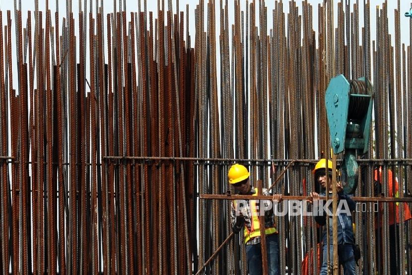 Pekerja sedang menyelesaikan pembangunan infrastruktur di Jakarta.