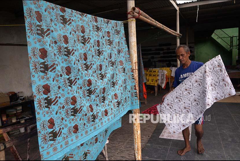 Trik Merawat Batik dari Barli Asmara
