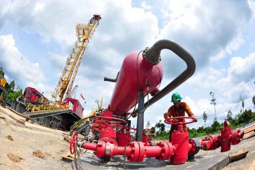 Pekerja tambang beraktivitas di area pengeboran minyak dan gas.  (ilustrasi)