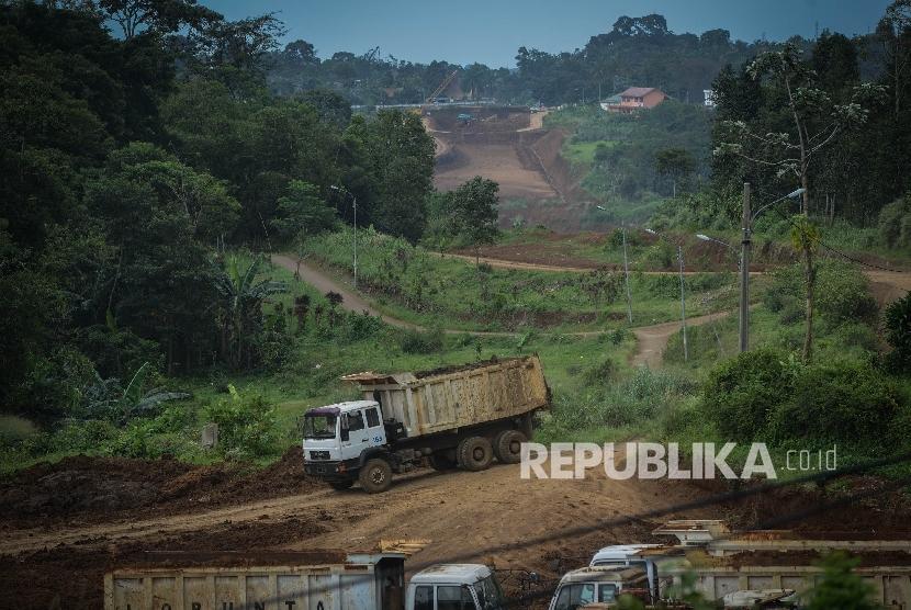 Pekerja tengah menyelesaikan proyek pembangunan Jalan Tol Bogor-Ciawi-Sukabumi (Bocimi) di Kawasan Rancamaya, Bogor, Jawa Barat, Selasa (1/11).