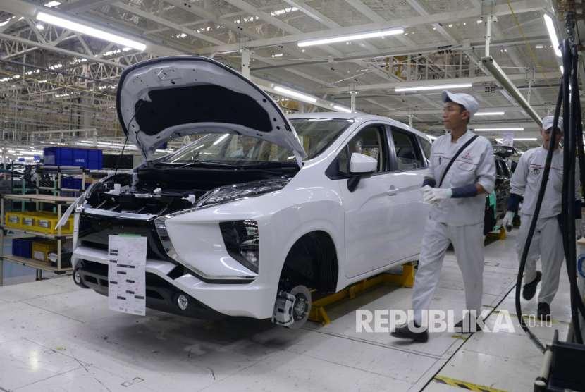 Pekerja tengah merakit  unit Mitsubishi  Xpander di pabrik Mitsubishi Motors Cikarang, Bekasi, Selasa (3/10).