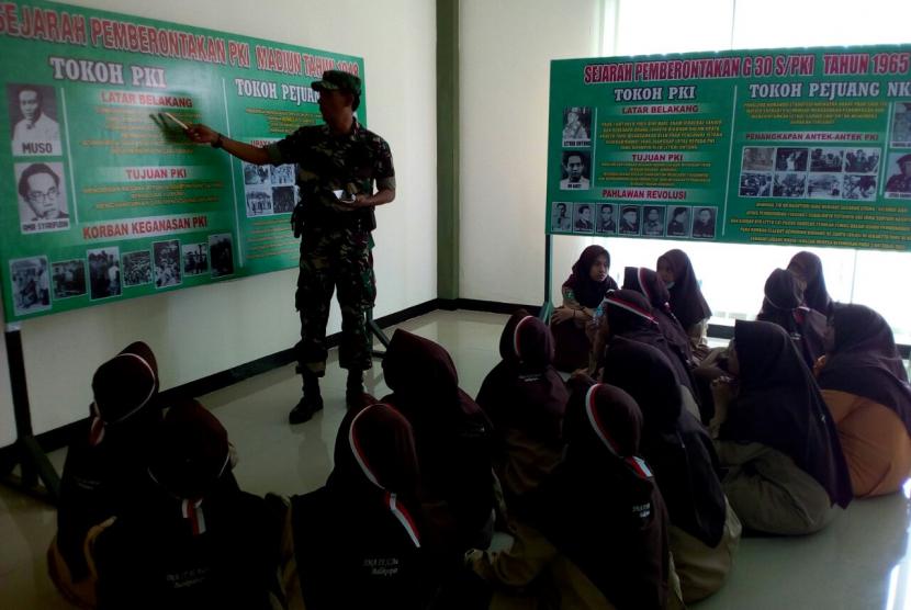"Pelajar dari SMAIT Al Aulia Balikpapan mengikuti ""Wisata Matematika Bela Negara (WMBN)"" di Kodim 09/05/Balikpapan."