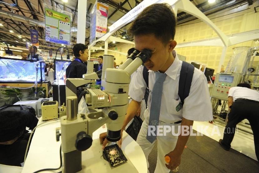 Pelajar sedang mencoba salah satu alat di Indonesia Science Expo 2017 di Balai Kartini, Jakarta, Senin (23/10).
