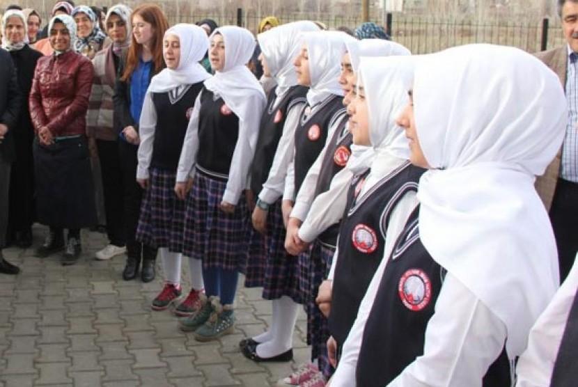 Turchia, addio Ataturk. A scuola alle ragazze verrà insegnato ad obbedire ai maschi
