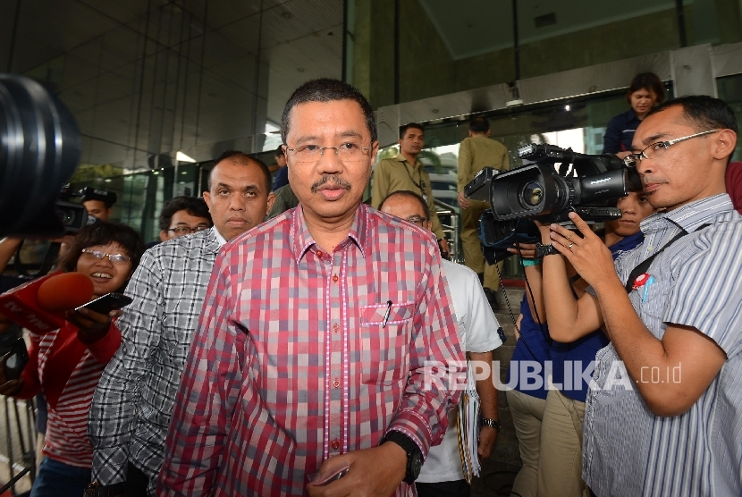 Pelaksana Tugas (PLT) Gubernur Sumatera Utara Tengku Erry Nuradidimintai keterangan oleh media usai menjalani pemeriksaan di gedung Komisi Pemberantasan Korupsi (KPK), Jakarta, Rabu (24/2).