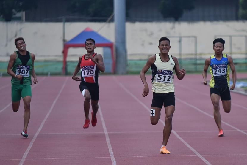 Pelari beradu kecepatan pada nomor 400 meter putra U-20 pada Kejurnas Atletik Junior di Stadion Atletik Rawamangun, Jakarta, Jumat (21/4). Sebanyak 754 atlet dari 31 Propinsi mengikuti Kejurnas atletik U-18 dan U-20 untuk menjaring bibit atlet potensial.