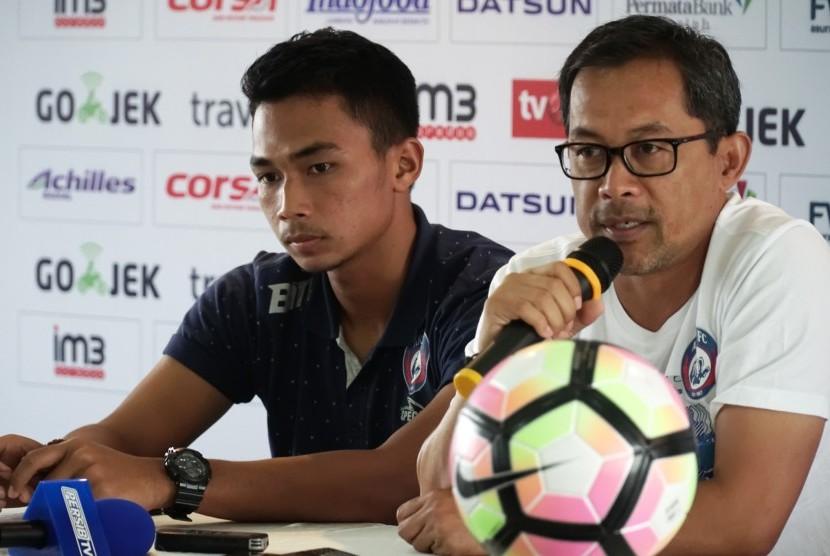 Pelatih Arema Malang Aji Santoso (kanan) bersama pesepakbola Bagas Adi Nugroho (kiri).