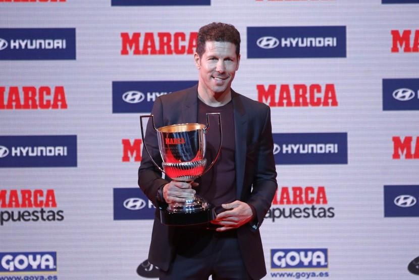 Pelatih Atletico Madrid meraih penghargaan Miguel Munoz sebagai pelatih terbaik musim 2015/2016, di Madrid, Senin (7/11). Belakangan Simeone diisukan akan melatih Inter Milan pada 2018.