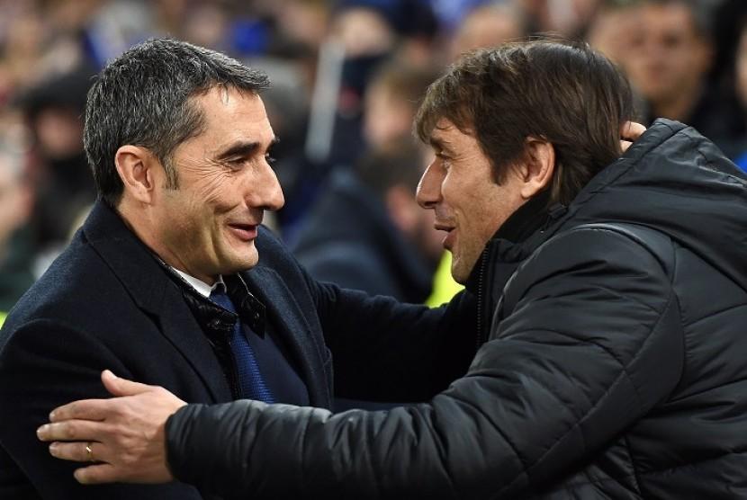 Pelatih Barcelona Ernesto Valverde (kiri) bersalaman dengan pelatih Chelsea Antonio Conte.