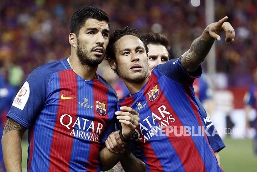 Pelatih Barcelona FC Luis Suarez dan  Neymar Jr pada gelaran final Piala Raja Spanyol, di Stadion Vicente Calderon, Madrid, Spanyol, Ahad (28/5) dini hari