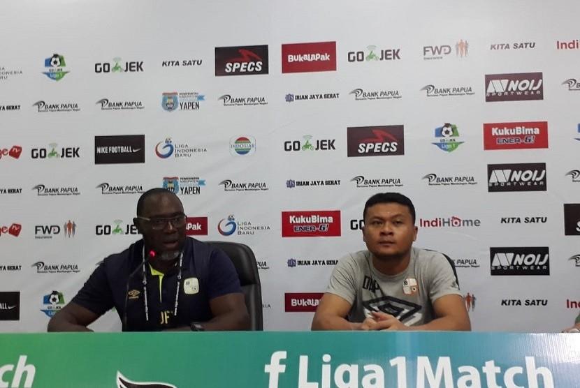 Pelatih Barito Putera Jacksen F Tiago (kiri) saat jumpa pers usai pertandingan menghadapi Perseru Serui