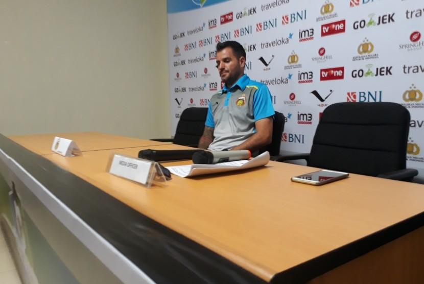 Pelatih Bhayangkara FC, Simon McMenemy memberikan keterangan pers seusai laga Liga 1 lawan Perseru Serui di stadion Patriot Bekasi, Kamis (20/4).