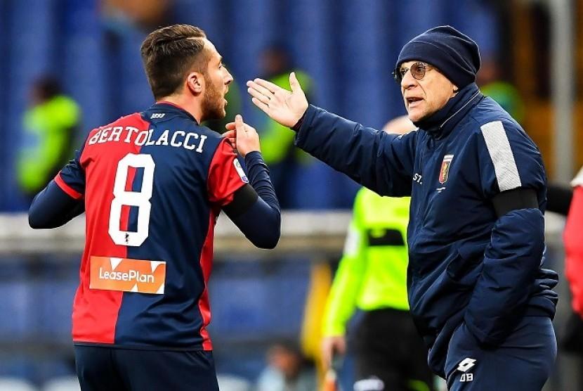 Pelatih Genoa Davide Ballardini (kanan) memberikan instruksi kepada pemainnya saat melawan AC Milan.
