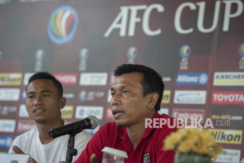 Pelatih klub Bali United Widodo C Putro (kanan).