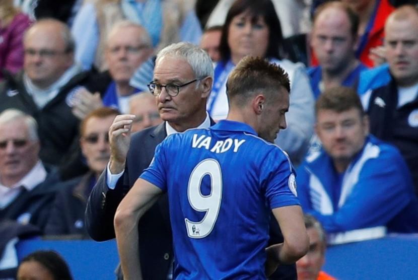 Pelatih Leicester City, Claudio Ranieri (kiri) menarik keluar striker, Jamie Vardy pada laga Liga Primer lawan Southampton, Ahad (2/10). Laga yang digelar di stadion King Power itu berakhir imbang tanpa gol.
