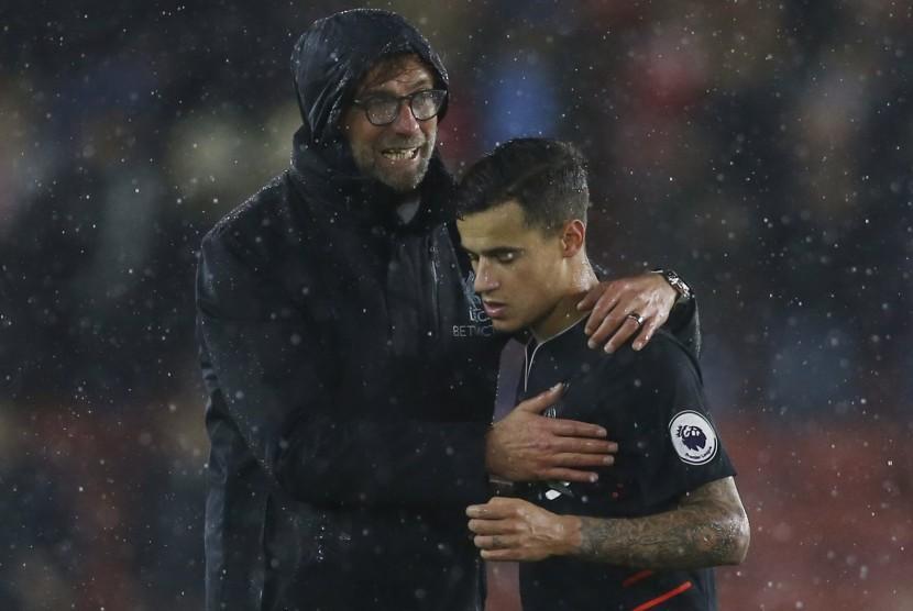 Pelatih Liverpool, Juergen Klopp (kiri) menyemangati Philippe Coutinho seusai laga Liga Primer Inggris lawan Southampton di stadion Saint Mary, Sabtu (19/11). Laga berakhir imbang tanpa gol.