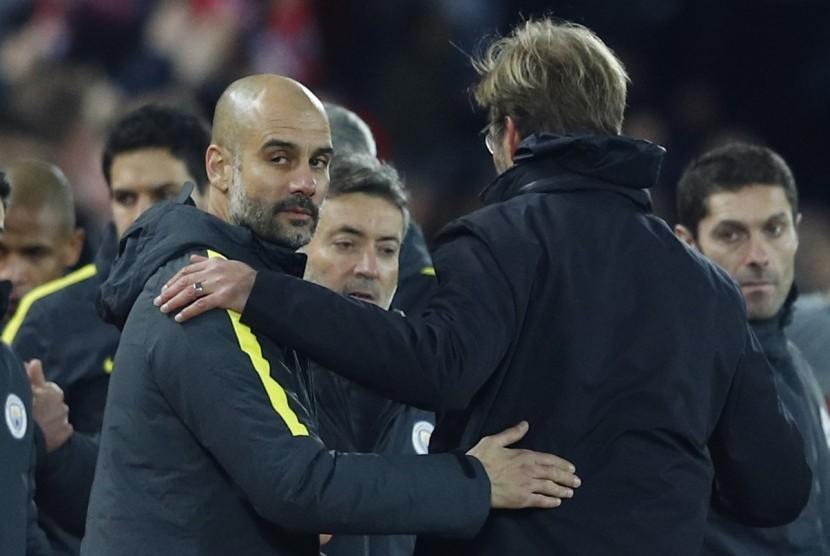 Pelatih Manchester City, Pep Guardiola (kiri) seusai laga Liga Primer lawan Liverpool di Anfield, Ahad (1/1) dini hari WIB. City kalah 0-1.