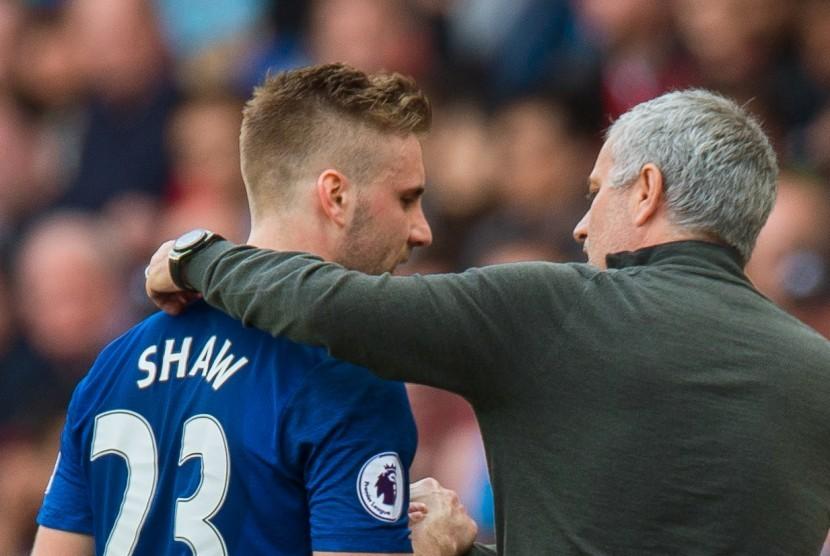 Pelatih Manchester United, Jose Mourinho (kanan) dan Luke Shaw.