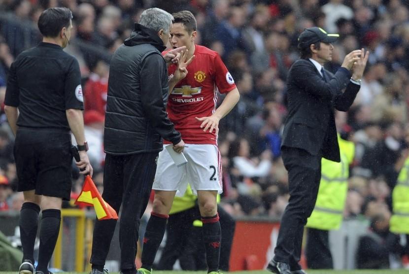 Pelatih Manchester United , Jose Mourinho (kedua kiri) memberikan instruksi kepada Ander Herrera pada laga Liga Primer lawan Chelsea di Old Trafford, Ahad (16/4). United menang 2-0.