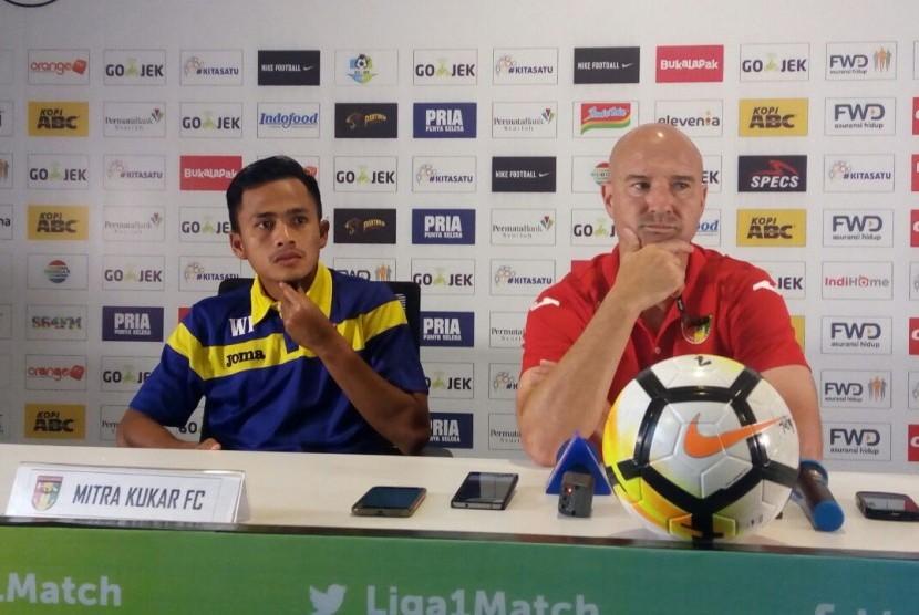 Pelatih Mitra Kukar Rafael Berges (kanan) dan pemain Mitra Kukar Wiganda Pradika pada konferensi pers Liga 1, Graha Persib, Jalan Sulanjana, Kota Bandung, Sabtu (7/4).